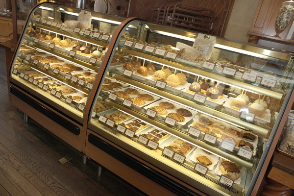 Yummy Display Case at Karamell-Kuche